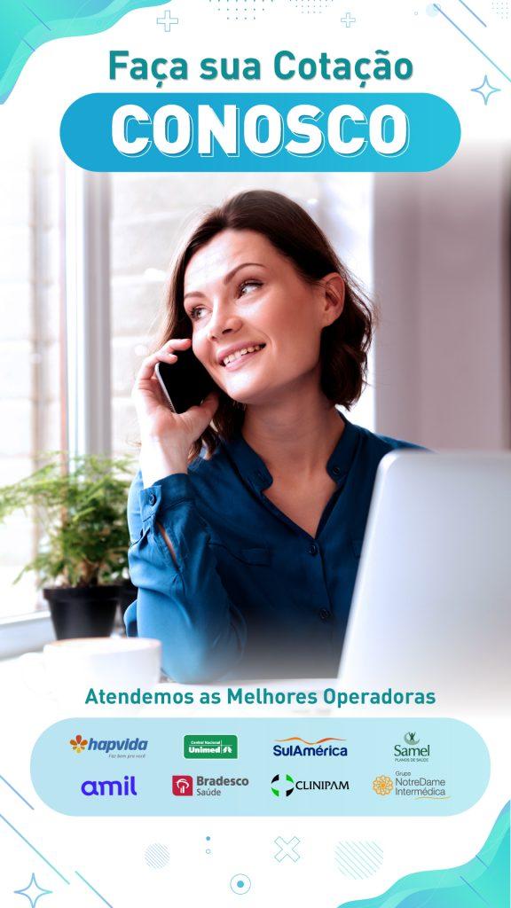 Mulher sorrindo no telefone contratando um plano de saúde com facilidade sem sair de casa